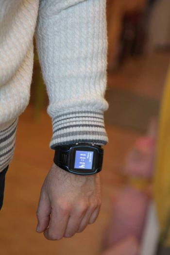 Часы - трекер на руке взрослого человека.