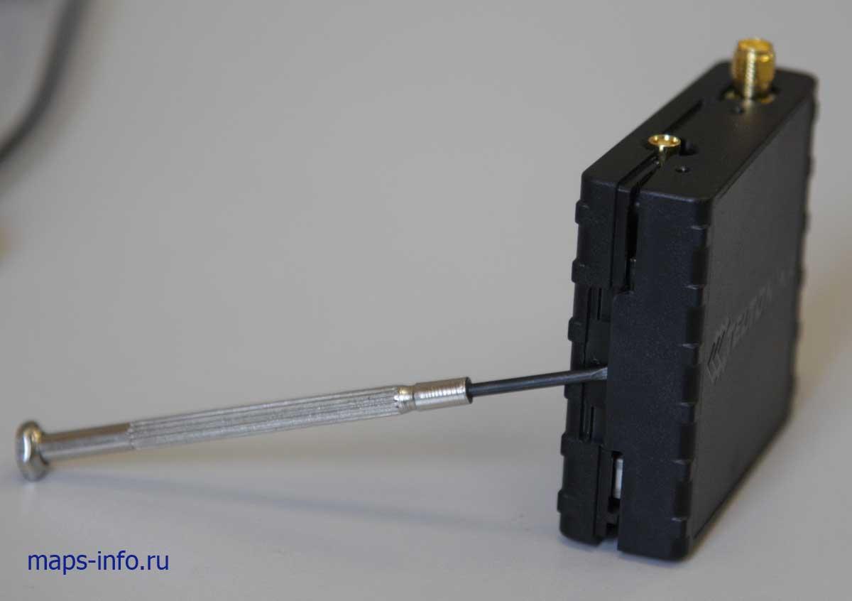 Вскрытие корпуса трекера Тельтоника FM1100 для доступа к установки SIM карты.